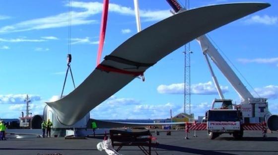 Ein von der deutschen Firma Euros gebautes Rotorblatt. Das Unternehmen ist mit einem Turbinenblatt an einer schwimmenden Offshore-Windkraftpilotanlage beteiligt, die derzeit vor der Küste von Fukushima installiert wird.