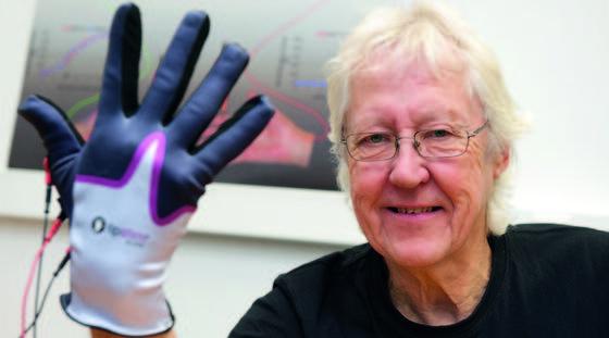 Patienten berichten von ersten Erfolgen: Nach der Therapie mit einem Handschuh, der die Sinne mit elektrischen Impulsen reizt, konnten sie wieder einfache Bewegungen ausführen. Neurowissenschaftler bestätigen, dass sich der entsprechende Teil der Großhirnrinde durch die Reize vergrößert hat.
