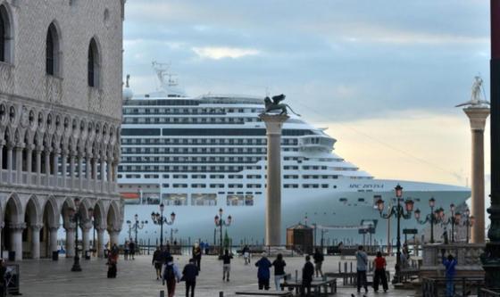 Durchfahrt künftig verboten: Riesen-Kreuzfahrtschiffe wie die MSC Divina dürfen denCanale della Giudecca in einem Jahr nicht mehr passieren.