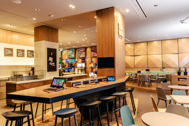 Microsoft lädt Passanten ins digitale Café The Digital Eateryein. Es ist das Herzstück des neuen Berliner Zentrums mit der prominenten Adresse Unter den Linden 17.