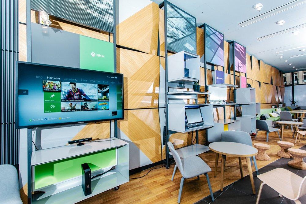 Nicht kaufen, aber ausprobieren können Gäste des Microsoft-Cafés The Digital Eatery Produkte wie den Tablet-Computer Surface. Zudem haben sie die Möglichkeit hier ihreHandys, Smartphones und Tablets aufzuladen.