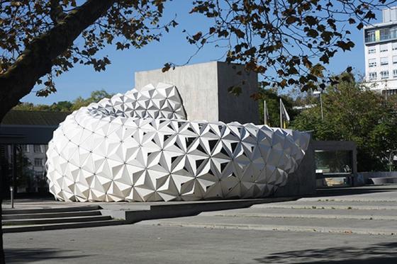 Die Fassadenattrappe wurde aus neuartigem, leichten und gleichzeitig steifen, Biokunststoff gebaut. Die einzelnen Platten in Pyramidenform sind 3,5 Millimeter dick.