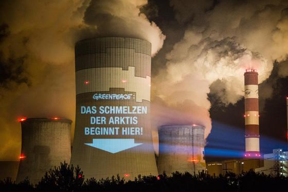 Mit einer Projektion auf einen Kühlturm des Kohlekraftwerks im polnischen Belchatow weisen Greenpeace-Aktivisten im Vorfeld der UN-Klimakonferenz in Warschau auf denKlimawandel hin.