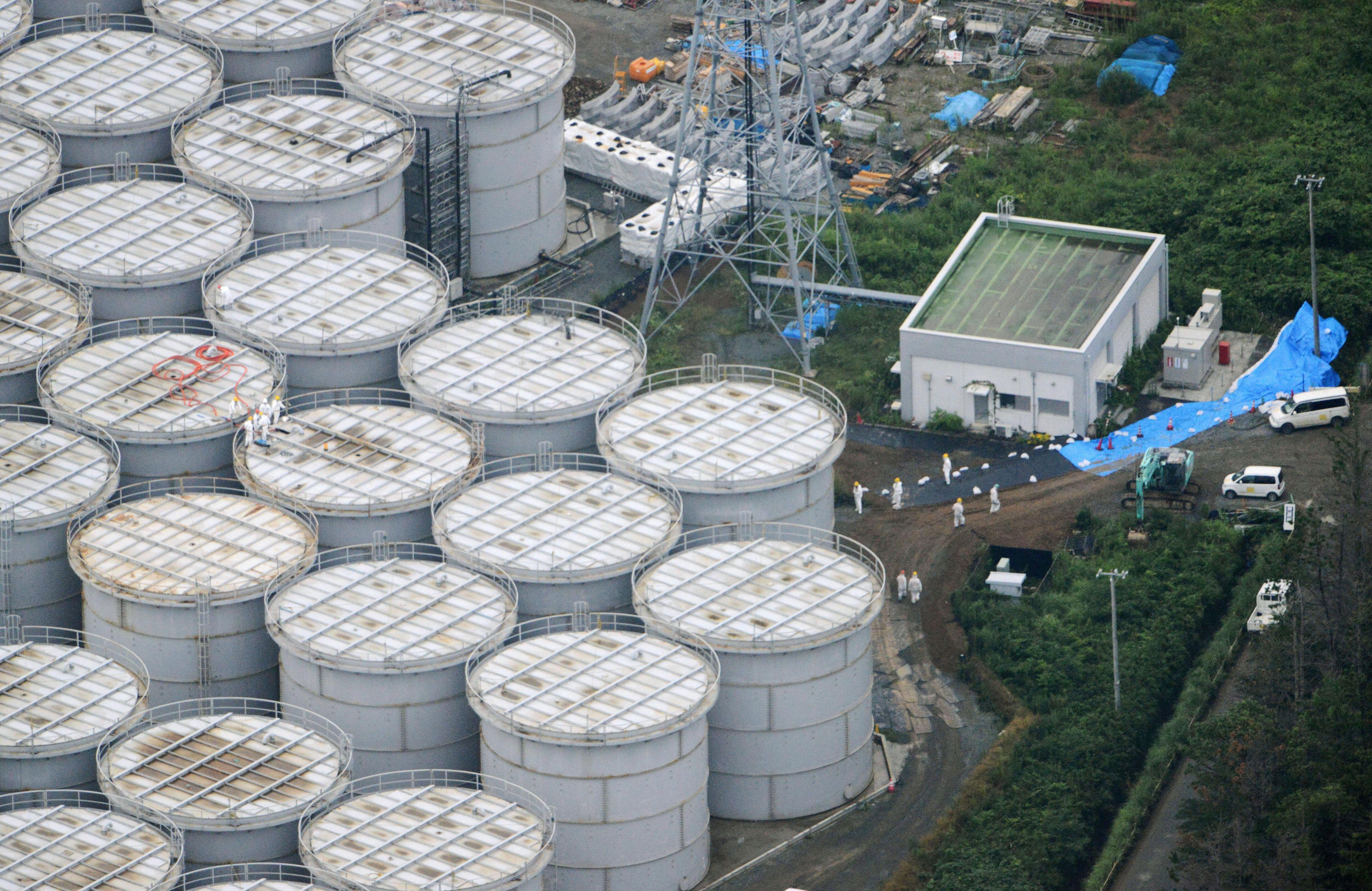 Blick aus einem Hubschrauber auf die undichten Wassertanks auf dem Reaktorgelände in Fukushima: Inzwischen ist so viel radioaktiv verseuchtes Wasser in den Pazifik geflossen, dass sich eine radioaktive Wasserblase gebildet hat, die im März 2014 die Westküste der USA erreichen wird.