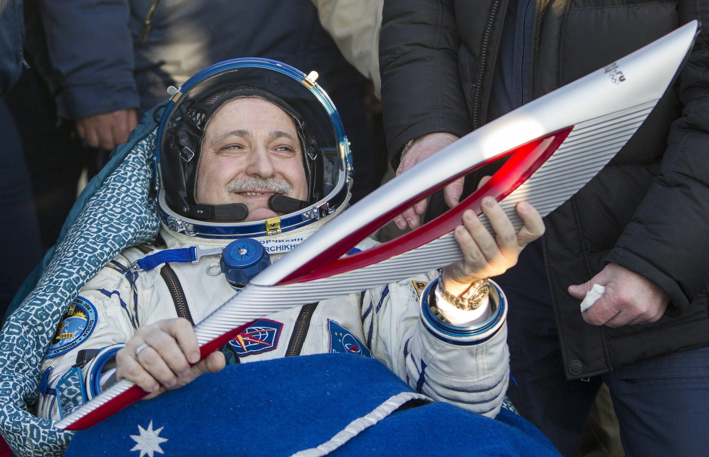 Der russische Kosmonaut Fyodor Yurchikhin mit der Olympischen Fackel der Winterspiele in Sotschi nach der Landung in Kasachstan.