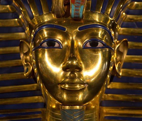 """Nachbildung der Maske des Pharaos Tutanchamun:Inzwischen konnten Forscher durch eine """"virtuelle Autopsie"""" feststellen, dass der Pharao von einem Wagen überfahren wurde und an den Folgen gestorben ist."""
