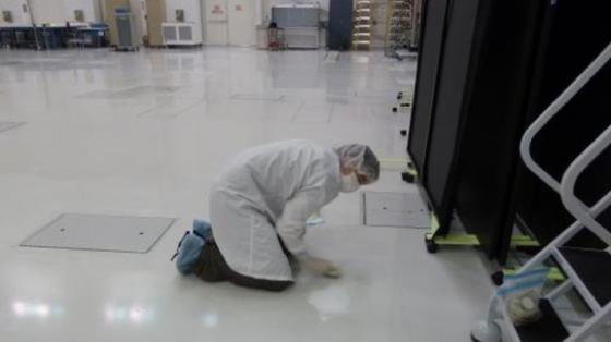 Ein Mikrobiologe nimmt eine Wischprobe vom Boden des Reinraums im Jet Propulsion Laboratory der NASA in Kalifornien. Regelmäßig werden Bakterien in Reinräumen entdeckt.