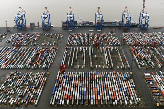 Containerterminal in Bremerhaven: Die Internationale Energieagentur rechnet damit, dass die Industrie in Europa aufgrund der hohen Energiepreise ihre Exportstärke einbüßen wird. Vor allem die USA ziehen durch ihre günstigen Strom-, Gas- und Ölpreise Industrieproduktion ab. Bis 2035 könnten so viele Betriebe abwandern, dass der Exportanteil der EU um insgesamt ein Drittel zurückgeht, glaubt die IEA.