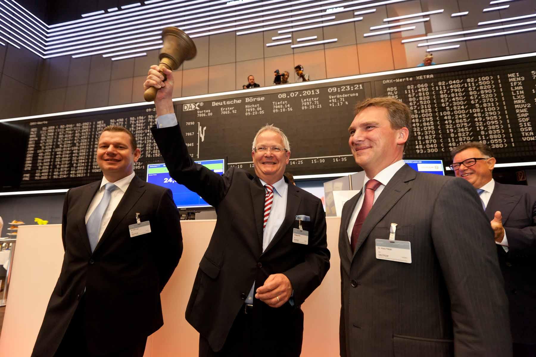 Osram-Chef Wolfgang Dehen läutet am 8. Juli 2013 den Börsgang des Lichttechnik-Konzerns ein. Inzwischen ist das Unternehmen zurück in den schwarzen Zahlen.