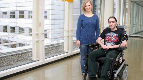 Mit Hilfe von Ohrenmuskeln können Menschen auch Rollstühle steuern. Das haben Wissenschaftler aus Göttingen, Heidelberg und Karlsruhe nachgewiesen. Doktorandin Leonie Schmalfuß trainiert in der Universitätsmedizin Göttingen die Probanden. Im Rollstuhl sitzt Proband Giorgi Batsikadze, ebenfalls Doktorand in der Göttinger Klinik für Klinische Neurophysiologie.