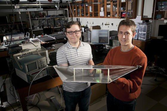 """Die Studenten Alexander Katko (l.) und Allen Hawkes von der Duke University in North Carolina zeigen ihre """"Erntemaschine"""", die elektromatische Wellen in einem Raum einfängt und in Strom umwandelt. Dieser Strom speist in der Versuchsanlage eine grüne Diode."""