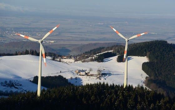 Windräder auf dem Schauinsland bei Freiburg:Die Stromerzeugung aus Wind an Land ist bereits konkurrenzfähig im Vergleich zu fossilen Kraftwerken. Das ist das Ergebnis einer Studie des Freiburger Fraunhofer Instituts.