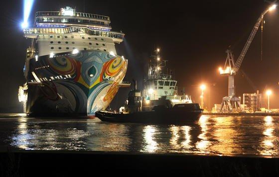 Nach dem Verlassen des Baudocks der Meyer-Werft im emsländischen Papenburg vor zwei Wochen ankerte die Norwegian Getaway am Ausrüstungspier. In der Nacht zu Freitag wird es rückwärts über die Ems zur Nordsee geschleppt. Das Schiff wird künftig in der Karibik kreuzen. Heimathafen wird Miami in den USA.