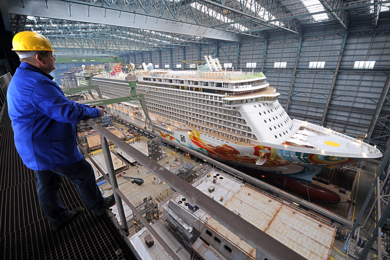 Die Norwegian Getaway am 1. November im Baudock der Papenburger Meyer-Werft: Das Schiff hat 18 Decks, Platz für fast 4000 Passagiere und 1600 Besatzungsmitglieder. Es ist eines der größten Kreuzfahrtschiffe, das je in Deutschland gebaut wurde.