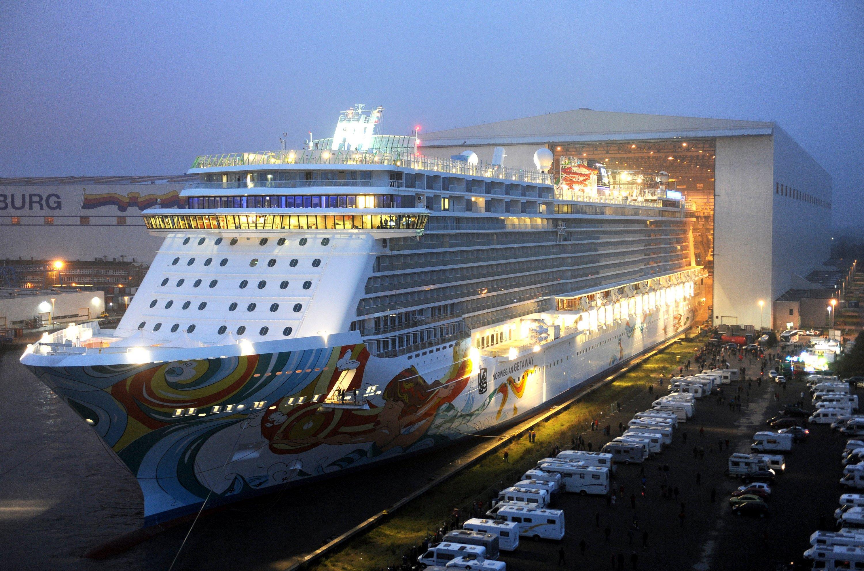 Der Kreuzfahrtschiff Norwegian Getaway verließ am 2. November das Baudock der Meyer-Werft. Inzwischen wurde die Ems soweit angestaut, dass das 340 Meter lange Schiff über die Ems zur Nordsee geschleppt werden kann.