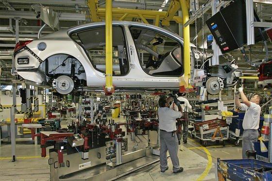 Insignia-Produktion im Opel-Werk Rüsselsheim: Durch ein neues Fügeverfahren, das der japanische Automobilzulieferer Keihin Seimitsu Kogyo entwickelt hat, lassen sich Karosserieteile künftig verpressen. Das spart die Schraubverbindungen ein und macht die Autoteile leichter.