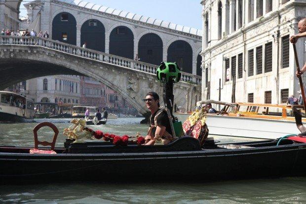 Vor der Rialto-Brücke über den Canale Grande: In den Kanälen waren die Mitarbeiter mit Gondeln unterwegs.