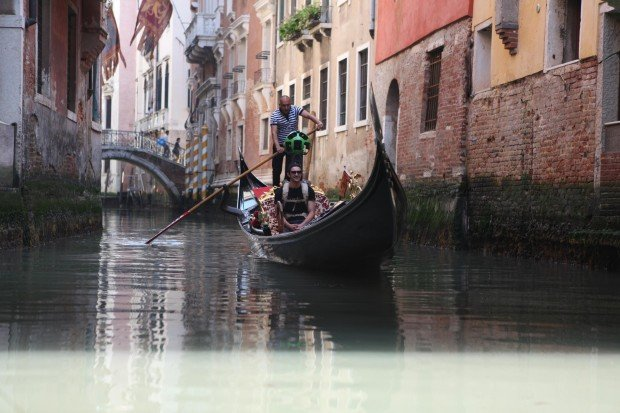 Ein Mitarbeiter von Google macht Bilder für den Dienst Street View auch in den engen Kanälen der Stadt.