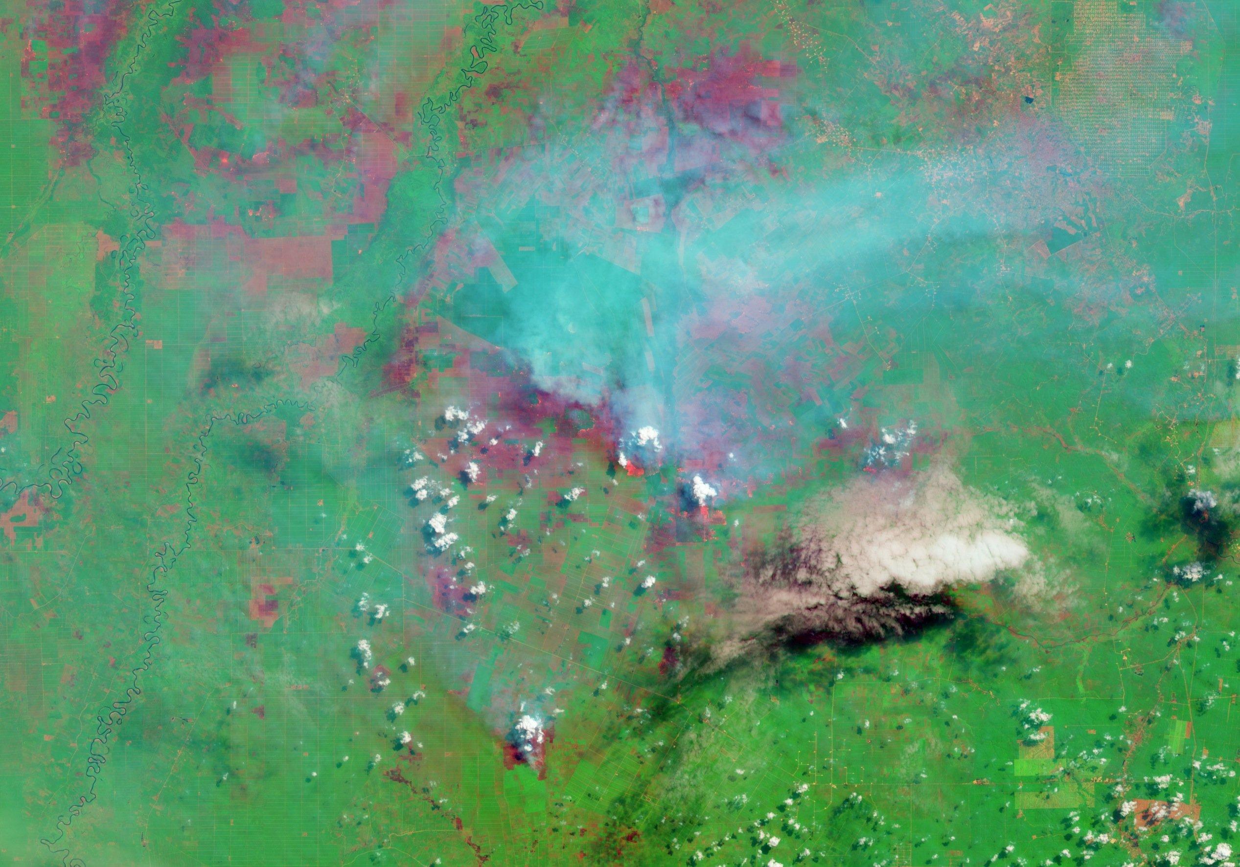 Satelittenaufnahmen können auch illegale Brandrodungen aufdecken. Im Bild deutlich zu sehen die Rauchwolken des brennenden Regenwaldes auf Sumatra in Indonesien.