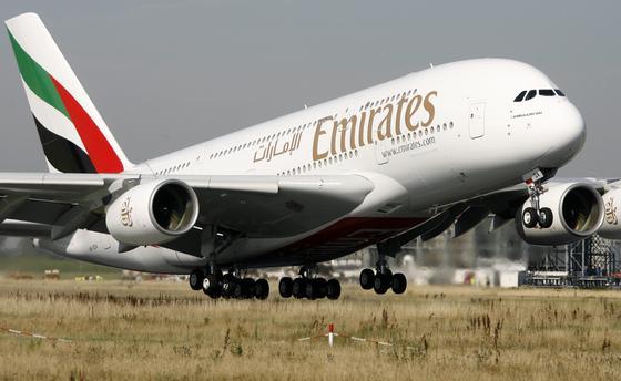 Milliardenauftrag: Die arabische Airline Emirates hat bei Airbus50 Großraumflieger des A380 bestellt. Das Foto zeigt denersten Airbus A380, der Ende Juli 2008 vom Airbus-Werk in Hamburg-Finkenwerder aus an Emirates in Dubai ging.