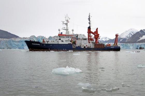 """Auf einem Forschungsschiff wie der deutschen Poseidon – hier vor einem Gletscher in Spitzbergen, spielt Detlef Stollers Umwelt-Thriller """"Aqua Acida""""."""