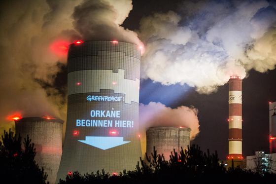 Greenpeace-Aktion am Kohlekraftwerk im polnischen Belchatow anlässlich der UN-Klimakonferenz in Warschau: Der Ausstoß von Kohlendioxid wird in diesem Jahr auf ein neues Rekordniveau steigen.