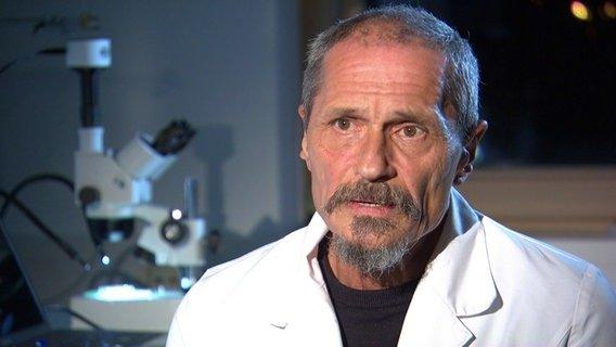 Professor Gerd Liebezeit fordert ein Plastikverbot in Kosmetikprodukten.