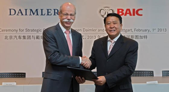 Strategische Partnerschaft seit zehn Jahren: Daimler-Chef Dieter Zetsche, schüttelt am 1. Februar 2013 in Stuttgart dem Chairman von BAIC, Heyi Xu, nach einer Vertragsunterzeichnung die Hand. Aktuell steht der Einstieg von Daimler bei seinem chinesischen Partner Beijing Automotive (BAIC) unmittelbar bevor.