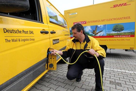 """Ein Mitarbeiter der Deutschen Post """"betankt"""" einen Elektrotransporter: Das lästige und zeitaufwendige Laden könnte entfallen, wenn es in den Straßen induktive Ladespulen gäben. An einem praxistauglichen System arbeiten US-Forscher."""