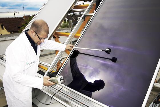 Ingenieur mit Solarmodul: Solarzellen werden vor allem aus Silizium hergestellt, um Sonnenlicht in Strom umzuwandeln. Forscher sind jedoch dabei, Solarzellen als biologischen Materialien herzustellen. Forscher der Ruhr-Universität haben jetzt eine funktionierende Solarzelle hergestellt, die mit einem stabilen Proteinkomplex aus einer japanischen Heißquelle arbeitet.