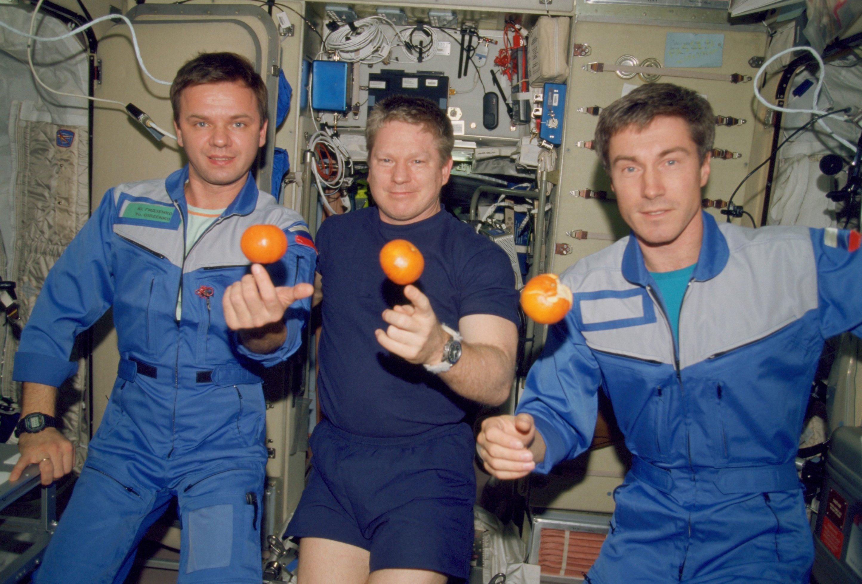 Die erste Crew im Dezember 2000 auf der Internationalen Raumstation ISS (v.l.): der Russe Yuri Gidzenko, der Amerikaner William Shepherd und der Russe Sergei Krikalev.