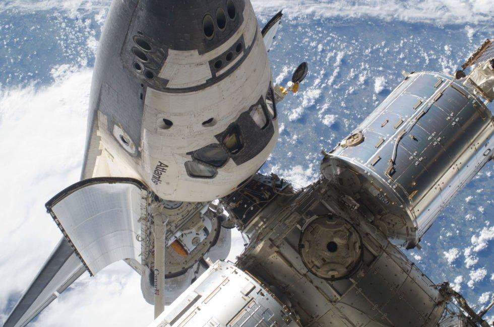 Die Raumstation ISS mit angedocktem Raumtransporter Atlantis im Jahr 2010. Rechts im Bild gut zu sehen das europäische Forschungslabor Columbus.