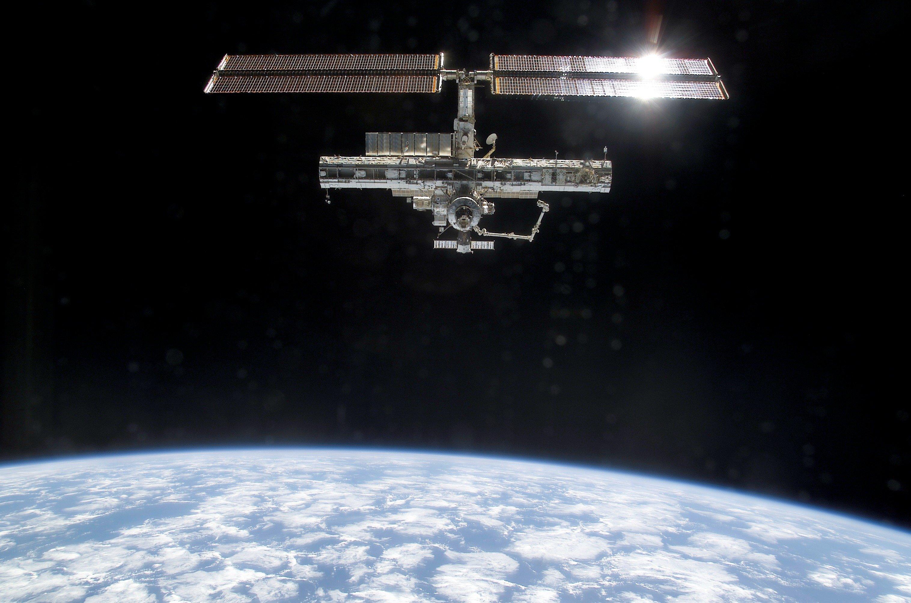 Die ISS im Jahr 2002, aufgenommen vom Space Shuttle Endeavour, nach dem Ablegen.