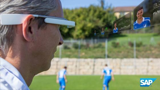 Die neue SAP-Technik liefert dem Trainer alle Spielerdaten in Echtzeit auf die Datenbrille.