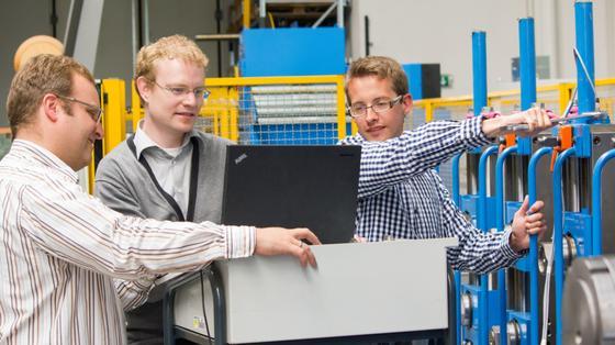 Testen ihre Erfindung: Forscher von der TU Darmstadt (v.l.n.r. Jörg Stahlmann, Manuel Ludwig und Matthias Brenneis) entwickelten die Sensorschraube. Damit lässt sich messen, welche Kräfte genau in Maschinen wirken.