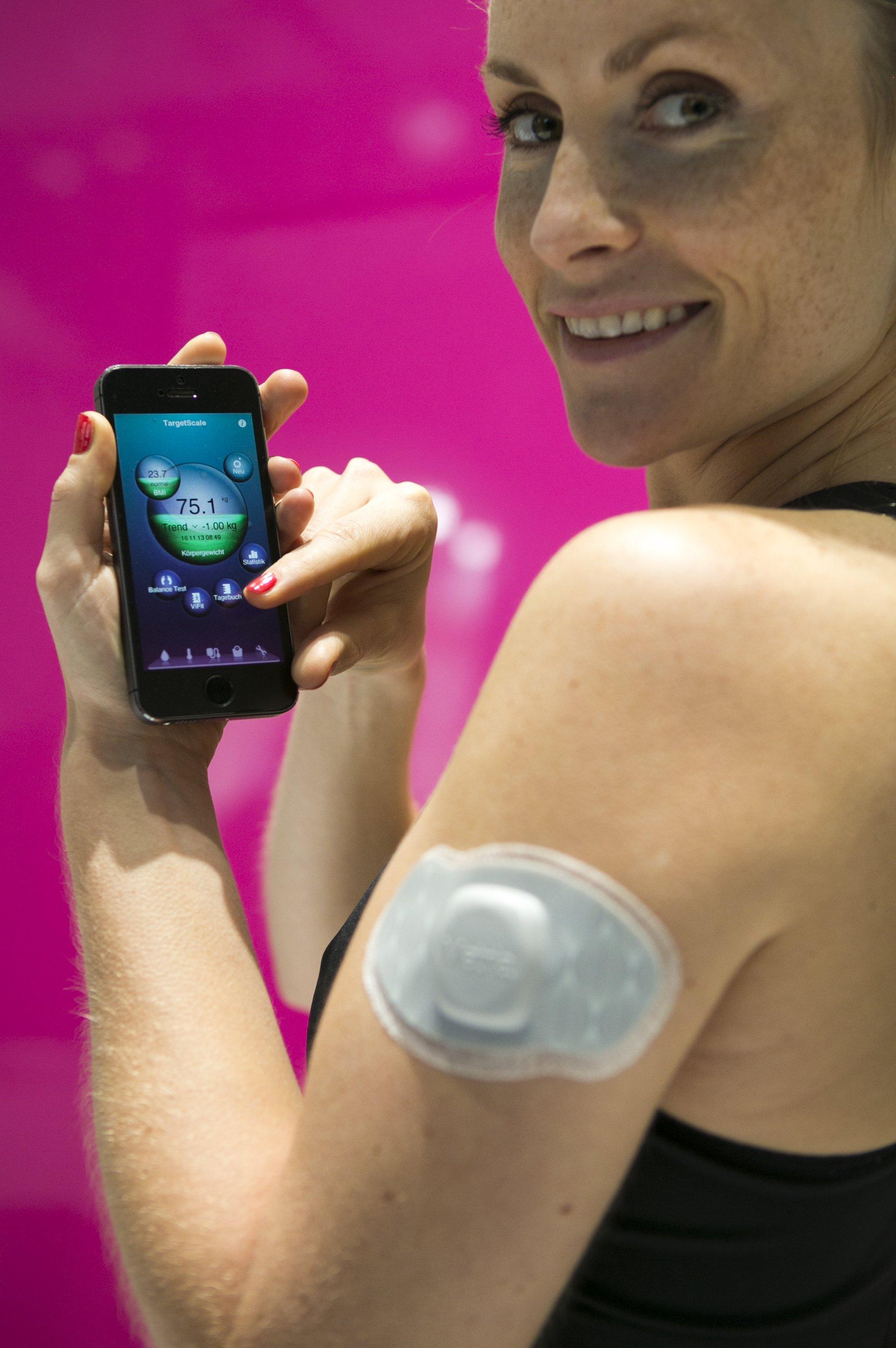 Die Deutsche Telekom und Medisana haben ein vernetztes Pflaster entwickelt, das über die Oberflächenspannung der Haut Puls, Temperatur, Schlafzeiten, körperliche Aktivitäten und Schrittzahlen erfasst und an ein persönliches Portal verschickt.