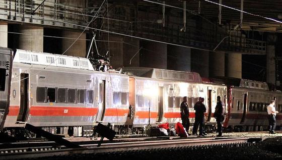 Im Mai entgleiste bei New York ein Zug und stieß dann mit einem entgegenkommenden Zug zusammen. 70 Menschen wurden verletzt. Künftig soll dasFahren mit dem Zug im Großraum New York sicherer werden. Dazu werden unter anderem über 1500 Züge mit einem neuen Bordsystem ausgestattet.
