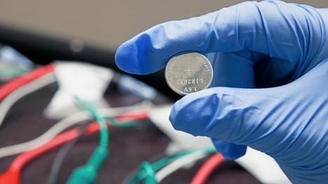 Die Elektrode des Lithium-Ionen-Akkus ist mit einem selbstheilenden Polymer beschichtet. Dadurch schließen sich Risse selbstständig. Bislang konnte der Prototyp 100 Ladezyklen ohne Leistungsverlust überstehen.