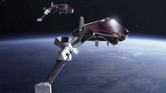 Drei identische Swarm-Satelliten umkreisen die Erde und vermessen das irdische Magnetfeld. Auf ihren Auslegerarmen befindet sich das Hauptmessinstrument, ein außergewöhnlich präziser Magnetometer.
