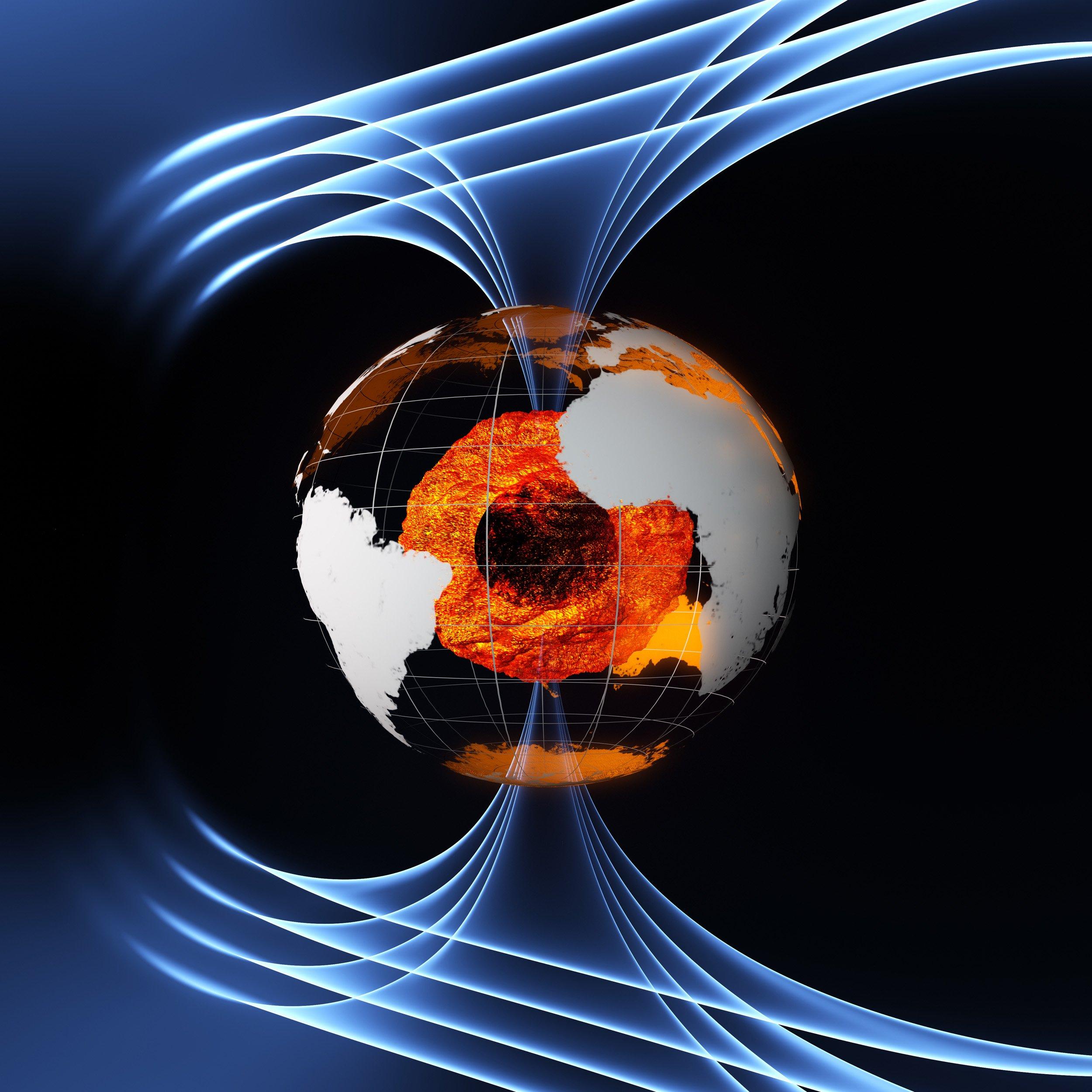 Das Magnetfeld umgibt die Erde wie eine Hülle und schützt uns vor kosmischer Strahlung und dem Sonnenwind. Wie bei einem gigantischen Dynamo wird das Magnetfeld hauptsächlich durch einen flüssigen heißen Strom aus Eisen, der 30.000 Kilometer unter unseren Füßen fließt, erzeugt.