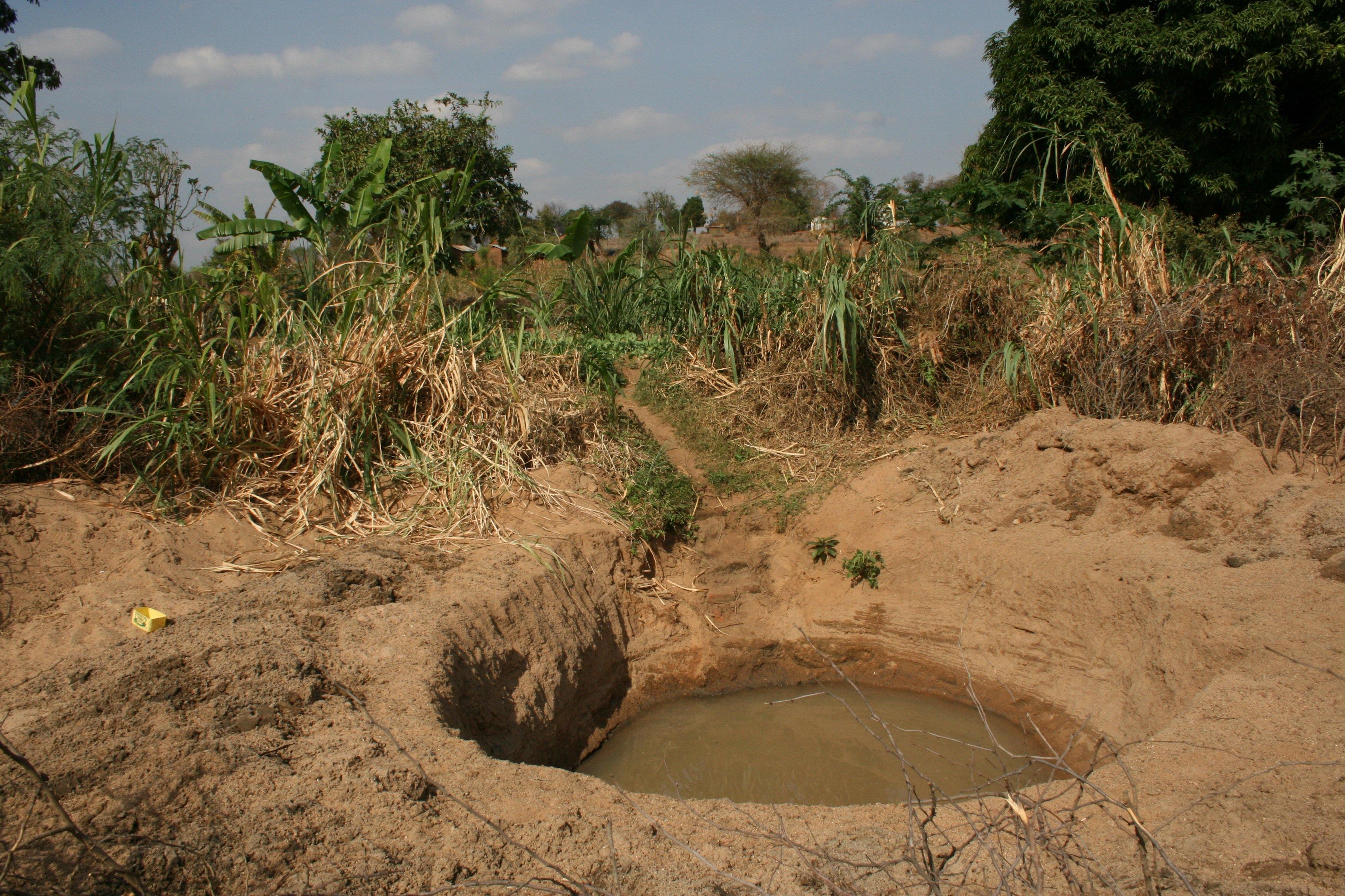 Ins Flussbett gebauten Staumauern, bis zu 5 Meter tief ins Sediment eingelassen, halten so viel Wasser zurück, dass sogar offene Brunnen noch mit Wasser gefüllt sind und zur Bewässerung benutzt werden können.
