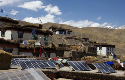 Ingenieure bauen Solarzellen im indischenAuroville auf, um damit die Wasserversorgung durch den Betrieb von Pumpen zu verbessern.