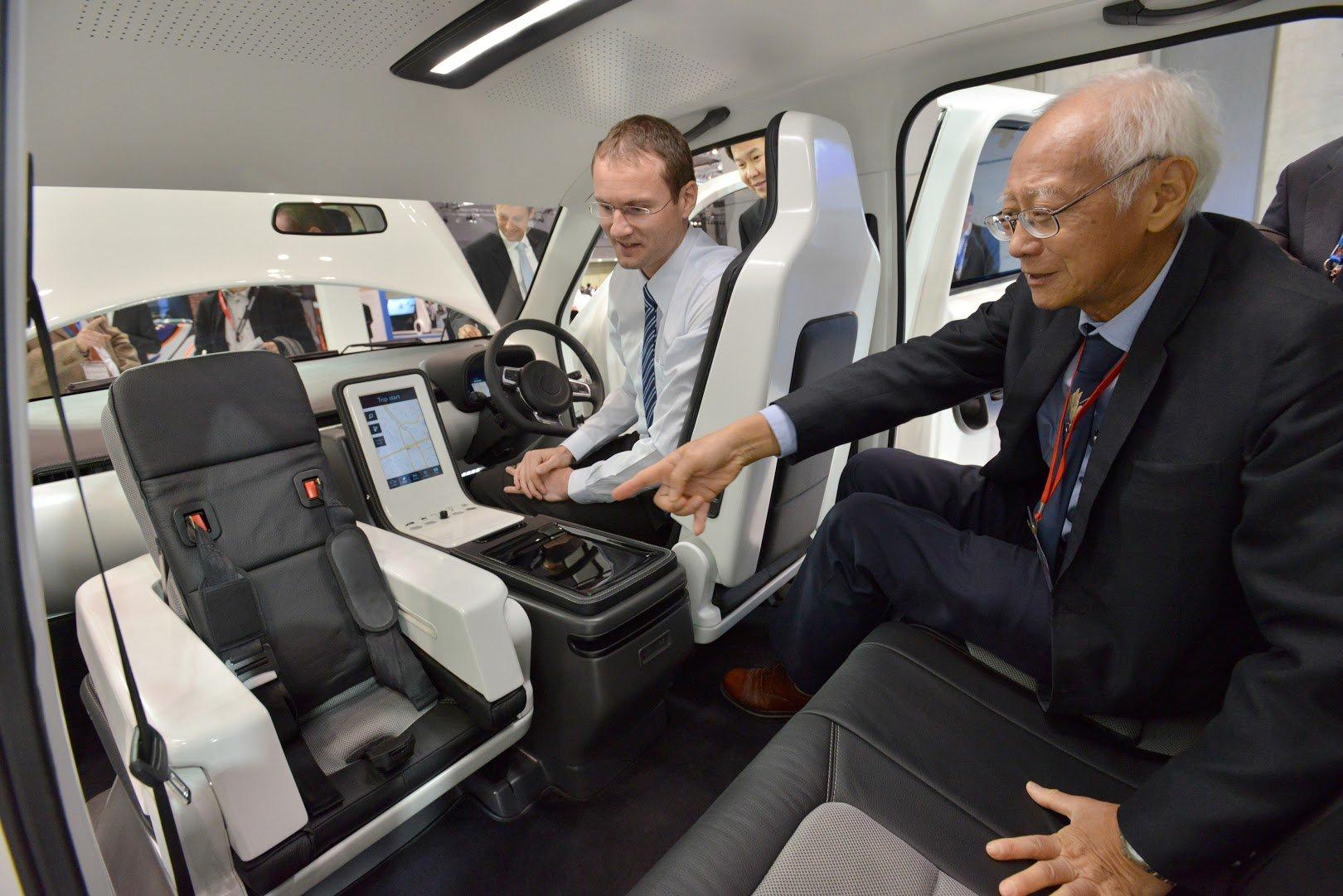 Auch der Innenraum des Elektrotaxis Eva ist ungewöhnlich: Ein Sitz lässt sich umklappen und als Kindersitz nutzen. Zudem verfügt das Auto über eine Klimatechnik, die jeden einzelnen Sitzplatz individuell kühlt.