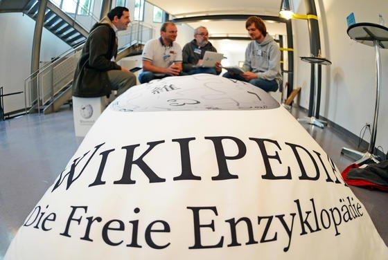 Autoren der Online-Enzyklopädie Wikipedia diskutierten drei Tage lang im Karlsruher Institut für Technologie (KIT) in Karlsruhe über die Qualität der Artikel. Derzeit gehen der Plattform die Autoren aus.