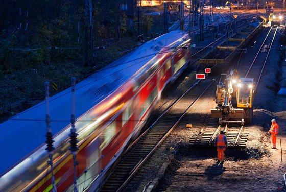 Gleisarbeiten bei Nacht: Auf 30 Milliarden Euro schätzt Bahn-Chef Grube den aktuellen Sanierungsstau der Bahn. 1400 Brücken sind so marode, dass Grube selbst Brückensperrungen nicht mehr ausschließt.