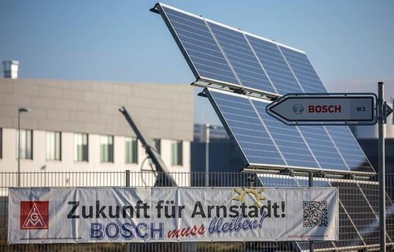 Das Thüringer Solarwerk von Bosch in Arnstadt ist vom Bonner Unternehmen Solarworld übernommen worden. Von derzeit 1600 Mitarbeitern in Arnstadt sollen 800 bleiben.