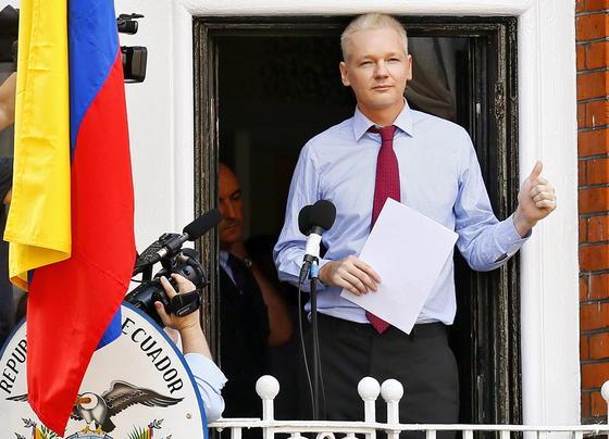 Wikileaks-Gründer Julian Assang 2012 bei einer Pressekonferenz auf dem Balkon der Botschaft Ecuadors in London: Offenbar wollen die USA Assange nicht mehr wegen Geheimnisverrates anklagen. Damit könnte Assange möglicherweise die Botschaft verlassen.
