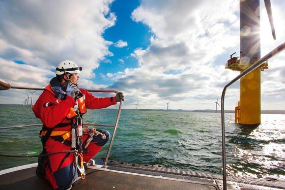 """RWE Innogy hat bereits Offshore-Windpark-Projekte in Großbritannien realisiert. So wurde im Dezember 2009 """"Rhyl Flats"""" (Foto) in Betrieb genommen. Der Windpark liegt acht Kilometer vor der walisischen Nordküste in der Liverpool Bay. Mit einer installierten Leistung von 90 Megawatt ist er das größte Kraftwerk auf Basis erneuerbarer Energien in Wales. Insgesamt wurden 25 Siemens-Windturbinen auf einer Fläche von rund zehn Quadratkilometern montiert. Sieversorgen 61.000 Haushalte mit Strom."""
