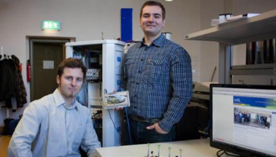 Die neue Ladetechnik der Leipziger Wissenschaftler hat einen Computer an Bord, der nur so groß wie eine Kreditkarte ist. Er steuert den Ladevorgang und kommuniziert mit dem Smartphone des Benutzers.
