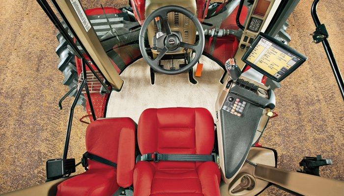 Der größte Traktor der Welt hat auch eine der komfortabelsten Hightech-Kabinen. Diese ist so gut gefedert, dass sie sogar Schieflagen ausgleichen kann. Und natürlich kann der Traktor vom Fahrersitz aus per Computer gesteuert werden.